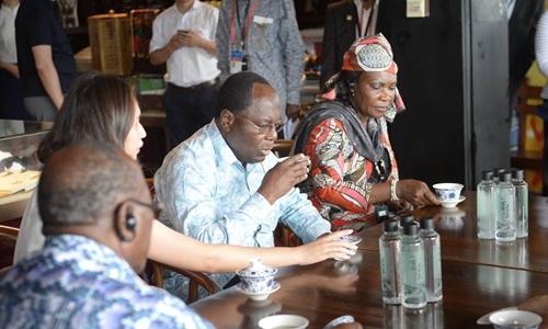 游都江堰,这位总理像游客一样喝了碗盖碗茶