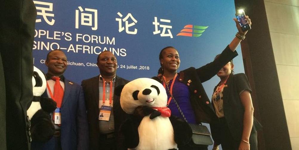 """第五届中非民间论坛:和""""熊猫""""合影"""