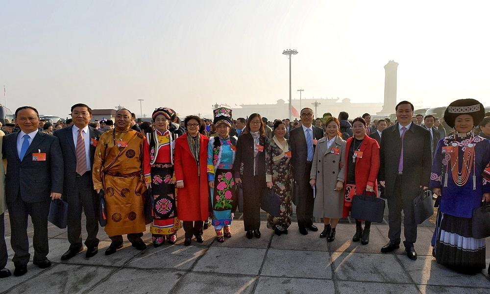 十三届全国人大二次会议即将开幕 代表走向会场